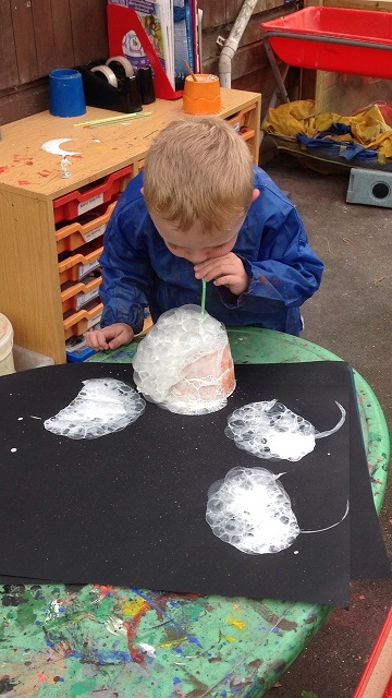 Painting moon pictures using bubbles and paint